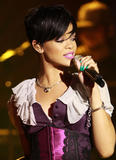 http://img218.imagevenue.com/loc186/th_37406_Celebutopia-Rihanna_performs_live_for_her_Believe_Charity_in_San_Francisco-14_122_186lo.jpg