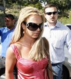 th_01218_brit020sandino_122_504lo - Britney Spears va mieux, son décolleté aussi