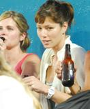 th_37837_jess003sandino_122_70lo - Jessica Biel sans maquillage, une bière à la main