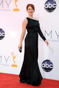 http://img218.imagevenue.com/loc952/th_468090690_AlexandraBreckenridge_64thAnnualPrimetimeEmmyAwards_7_122_952lo.jpg